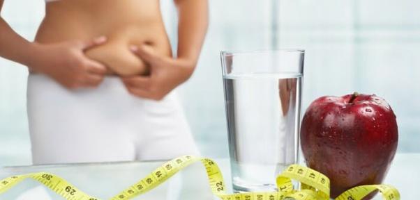 Une femme de 50 ans perd de la graisse du ventre